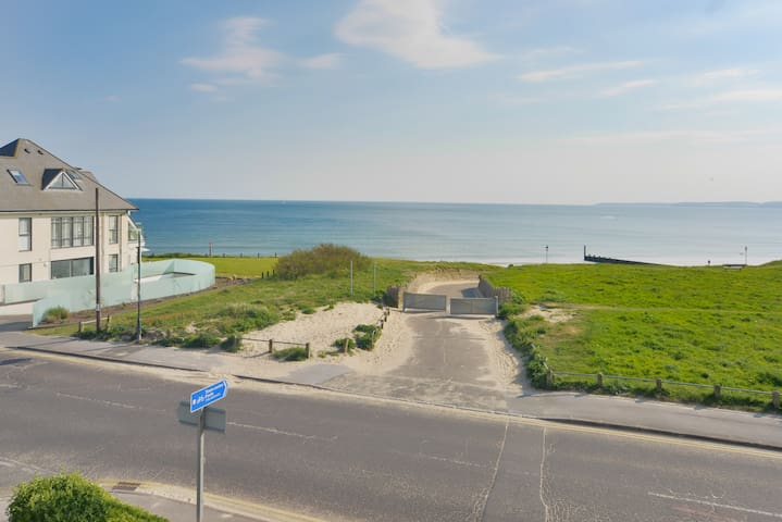 Large 5 Bed Beachside House- Sea Views & Parking