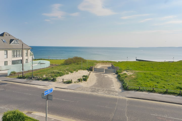 Sea views Large 5 Bed Beachside House Free Parking