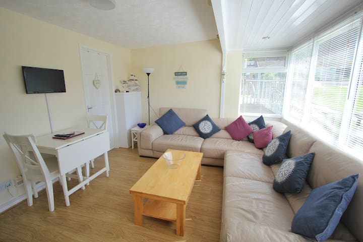Bright and Airy 2 Bed Beach Cottage By The Sea