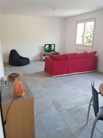 Appartement meublé de 85m2 avec 1000m2 de terrain