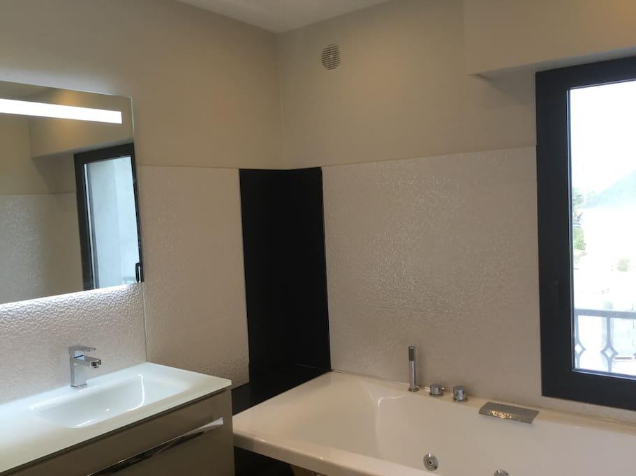 Salle de bain avec baignoire balnéothérapie