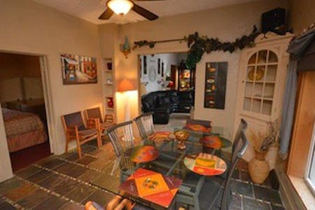 Spacious Home w/ Hot Tub 3 miles from Boyne Skiing - Boyne City - Talo