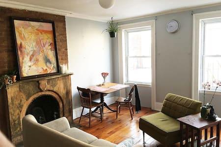 Private Room in a Sunny Brownstone Flat - Apartamento