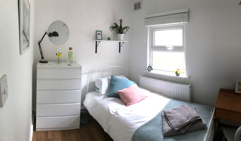 **MON - FRI LET - Single room with garden view**