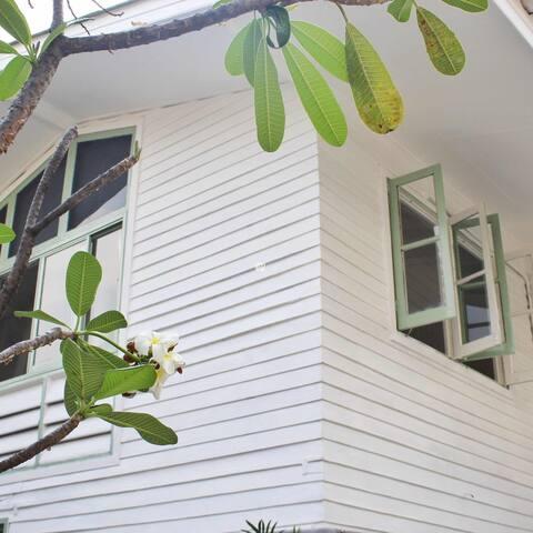 Ekkamai富人区独栋泰式木屋别墅 免费接机 别墅包场 曼谷Lcy家