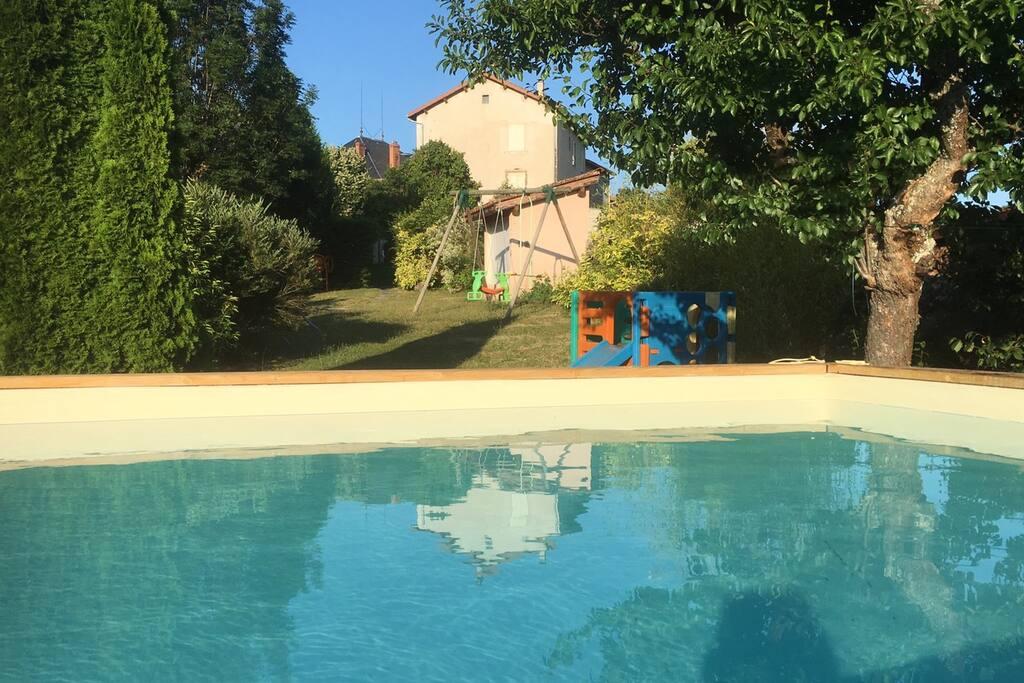 piscine commune famille du propriétaire et hôtes du gite les jeux dans le jardin des propriétaires