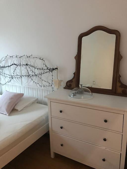 Kommode und Spiegel im Gästezimmer