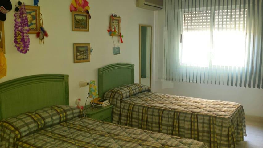 Otra vista del dormitorio. Luminosidad , comodidad y colorido. Ayudan a sentirse como en casa. Colchones cómodos y limpios cuyas protecciones se cambian con cada nuevo huésped. Nos hacen la estancia  sana y agradable.