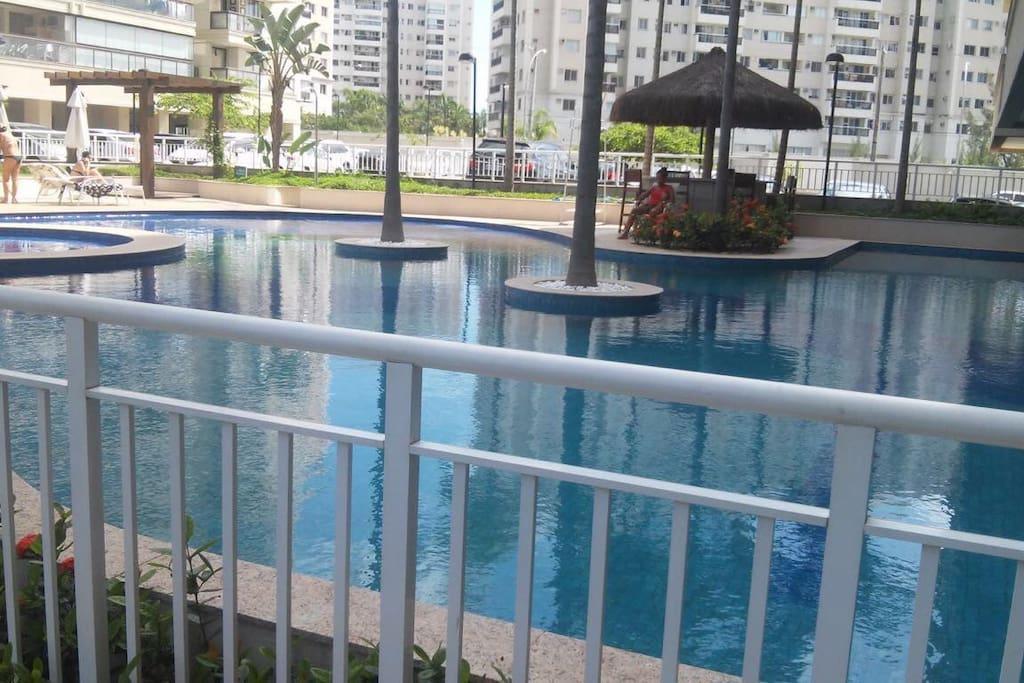 Área comum com piscina, churrasqueira, fogão a lenha, sauna com jacuzzi, academia, salão de festas, área infantil, sala de reuniões, estacionamento.