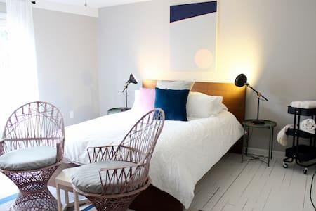 Westside Queen Suite + Private Bath! - Casa