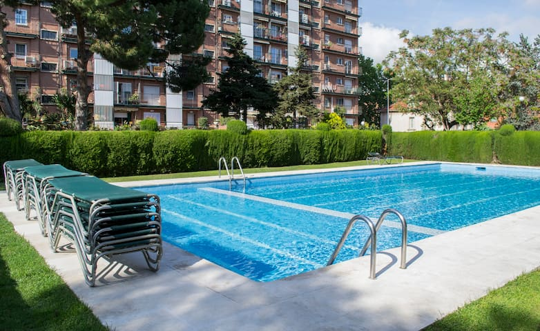 Huge Brigh Stylish apartment with pool for groups