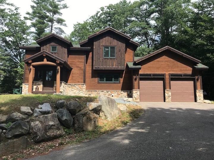 Luxury Mountain Home with Ambiance and Amenities