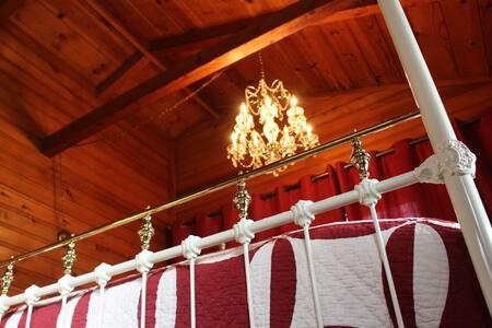 Romantic Rustic Glam Cabin on Shasta Lake