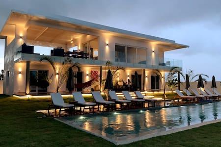 Villa vue océan, piscine géante à 100m de la plage