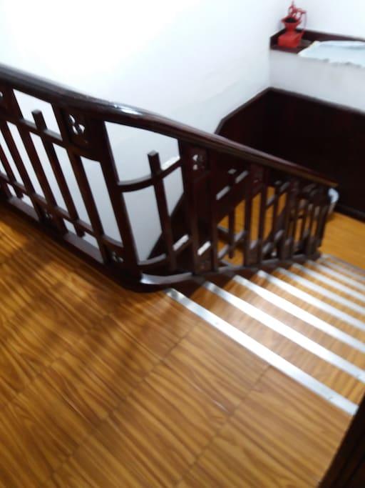 Tramo de escalera de acceso a la planta donde está la habitación