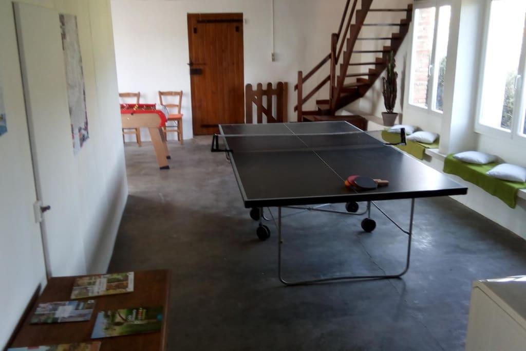 La salle de repos au rez-de- chausée, avec son babyfoot, sa table de ping pong, ses raquettes de badminton, sa plancha pour vos grillades...