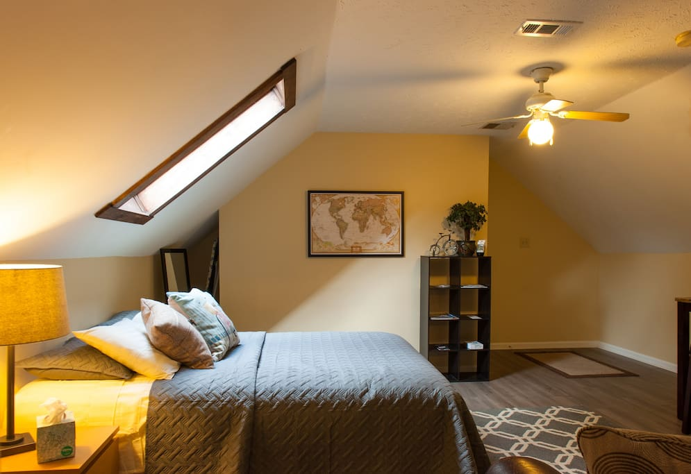 The room is nice and spacious with plenty of room for all your things. Private entrance allows you to come and go as you please
