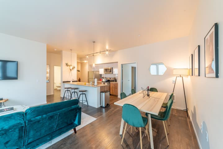 Natural Light + Ample Living Space + 48'' Flat Screen
