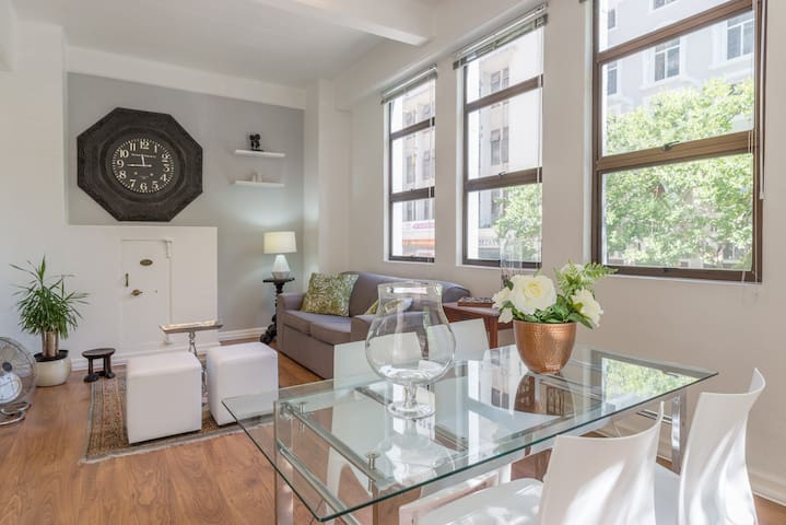 Sunny APT on Greenmarket square Location!