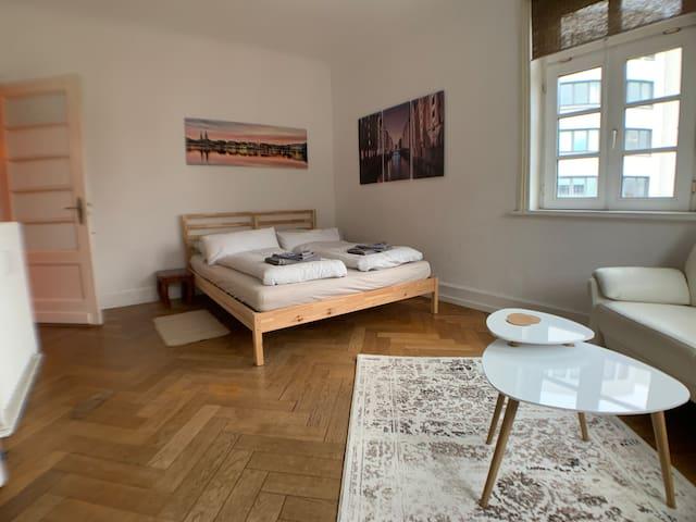 Helles Zimmer, zentral, in Altbauwohnung