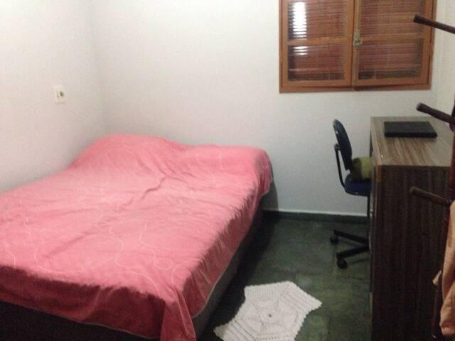 Quarto de casal, com armário embutido e uma escrivaninha.