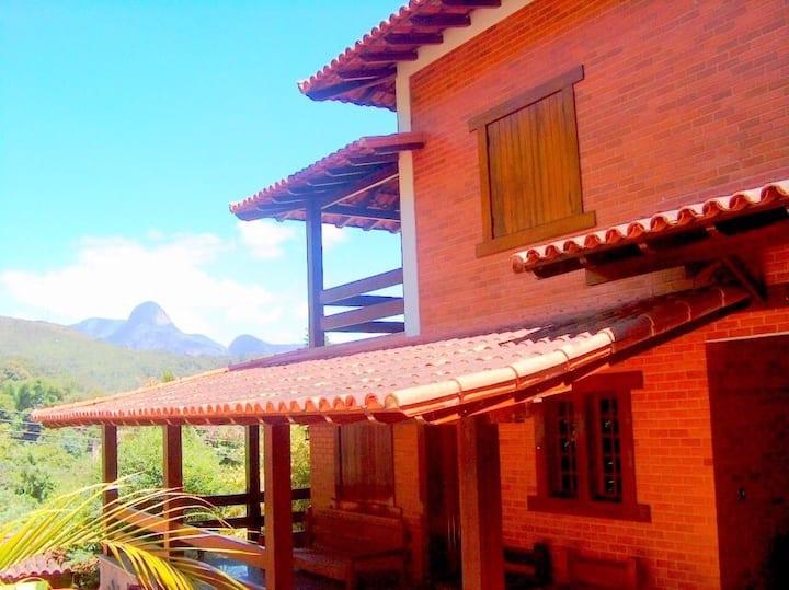 Casa aconchegante com 5 suítes e piscina na serra