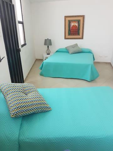 Bungalow triple dentro de la casa con aire acondicionado y baño