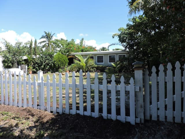 Perfectly located lovely 2 bed 2 bath+ lovely yard - Boynton Beach - Dům