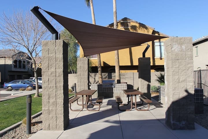 Prime Location, Huge Pool, Hot Tub, Upgraded Unit - Phoenix - Apartment