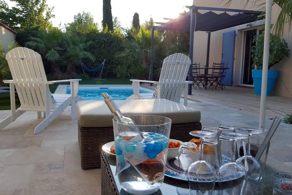 Belle Vue de notre salon de jardin : idéal pour les après midis au bord de la piscine ou Les petits apéros le soir entre amis  ...