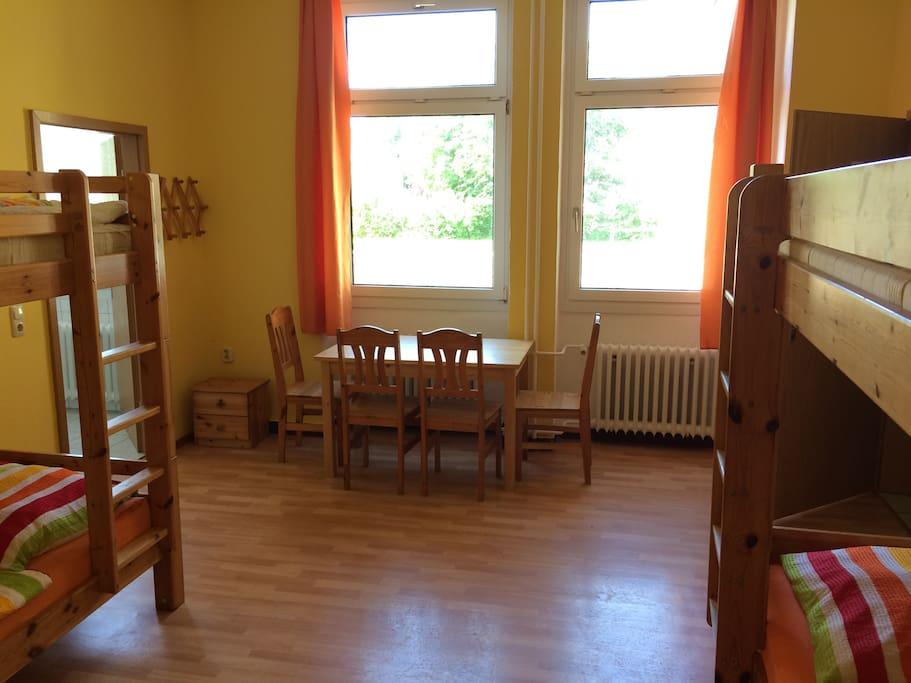 Privatzimmer, links Privat Bad, rechts Ausgang zur Küche und Aufenthaltsraum