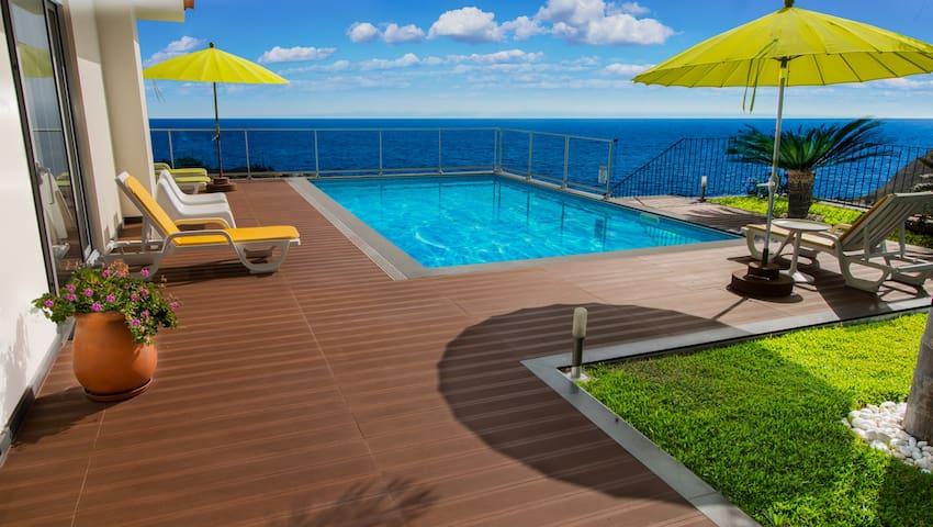 Casa do Sol, amazing views, indoor hot tub & sauna