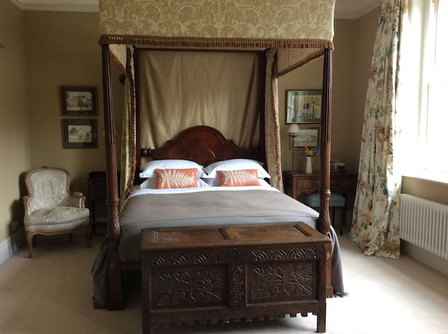 Large room with four-poster bed - Bodenham