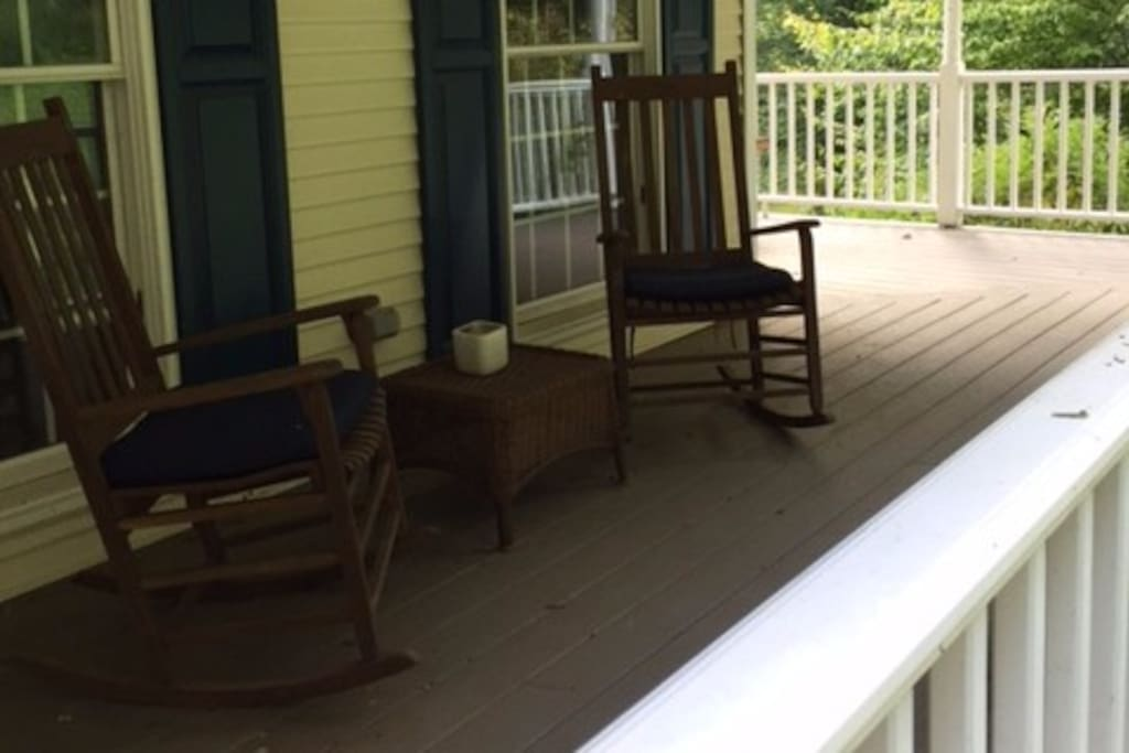 Large porch, relax in rockers