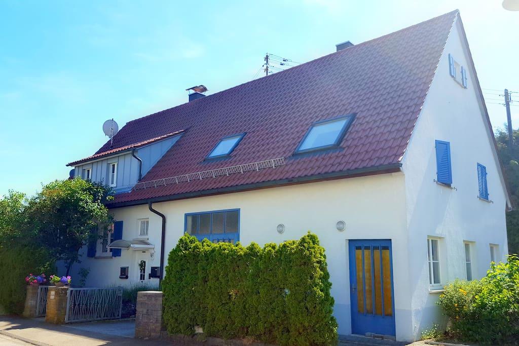 """Nicht zu verfehlen: """"Das Haus mit den blauen Fensterläden"""". Die Ferienwohnung befindet sich im ersten Stock des Hauses."""