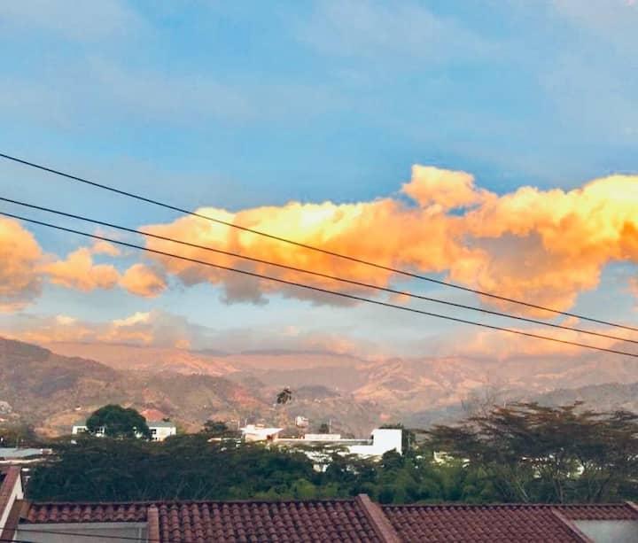 Hermoso amanecer, vista a la Cordillera Quindiana