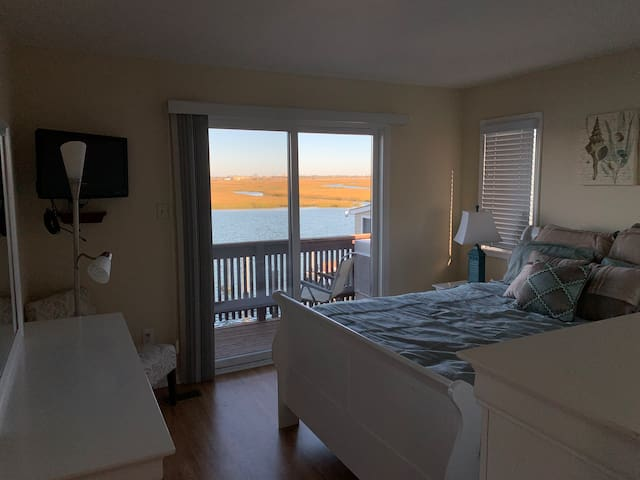 Gorgeous  room w/view in beautiful waterfront home