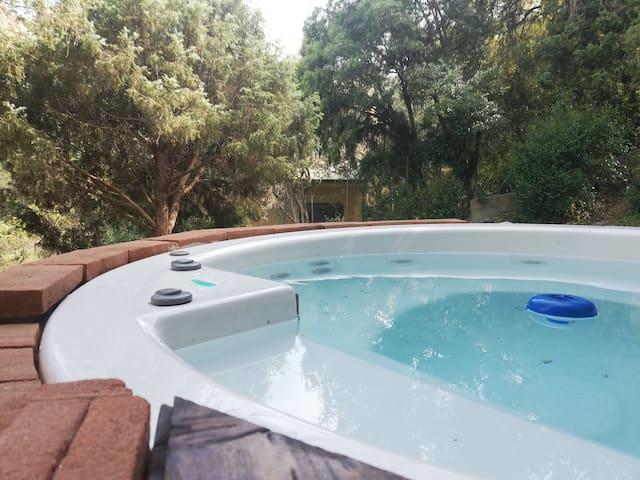 Villa immersa nel verde per una vacanza in relax.