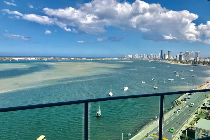 Stunning Ocean Views Broadwater Apartment - Labrador