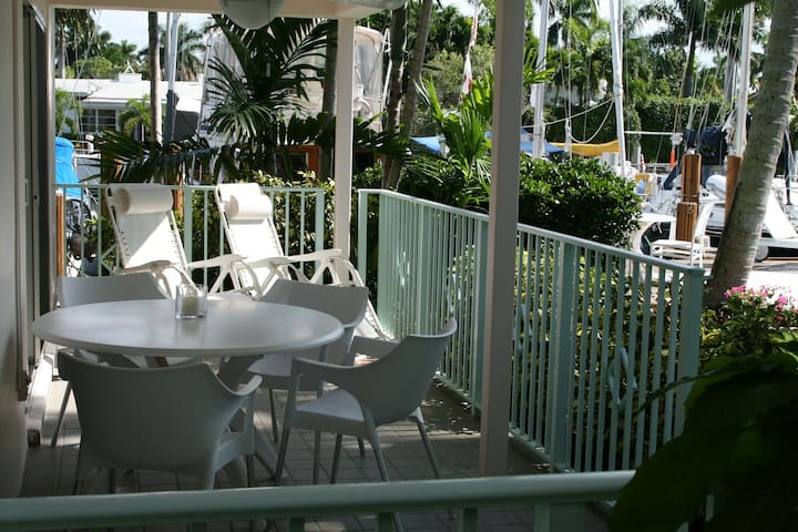 The Floridian - 1 Bedroom 1 King Bed Luxury Waterfront Apartment off Las Olas
