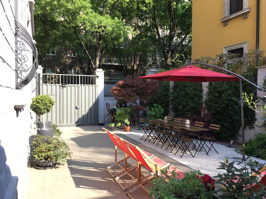 The furnished garden to share with other guests