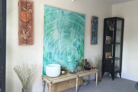 Zen home hosted by NYC Tour Guide. - New Rochelle