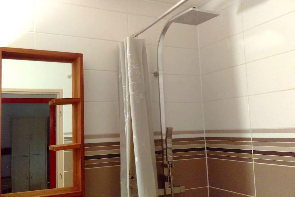 La salle de bain est équipée d'une vaste douche. L'eau chaude est collective (pas de limite due au ballon)