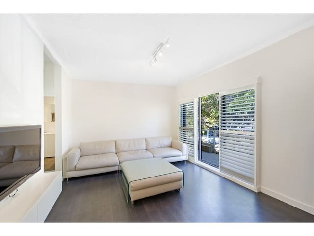 CONTEMPORARY BEACH PAD (2 BEDROOMS APT) - Dee Why - Apartment