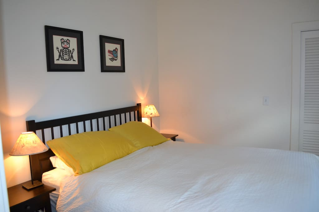 Bed room with queen bed
