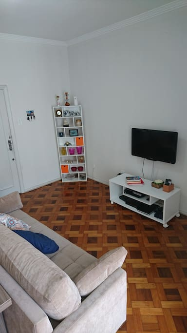 Entrada do apartamento pela Sala: Sofá-cama, TV à cabo, Play Station 3.
