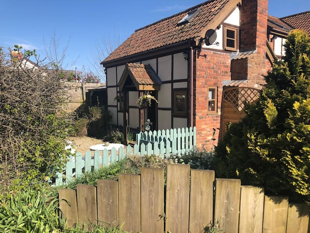 Soldiers Cottage, with HOT TUB, dog friendly, rest