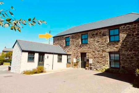 Superb Top Floor Cornish Barn Conversion Apartment