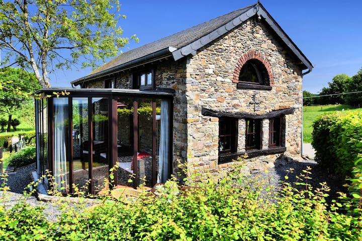 Authentieke, sfeervolle woning met houtkachel, serre, tuin, terras en uitzicht