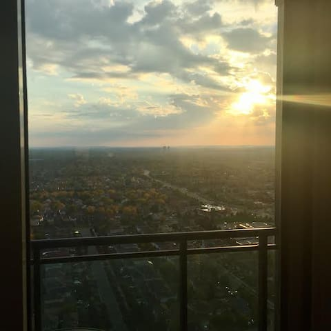 One bedroom condo on 32nd floor by Square One. - Mississauga